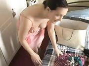 Novia con escote bonito filmada por su novio