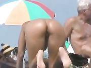Sexy culo desnudo de la mujer filmada en la playa