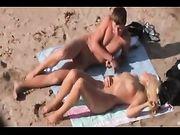 Playa video de sexo con un par de aficionados captado por la cámara voyeur