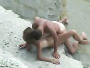 Pareja de aficionados filmado haciendo el sexo en la playa