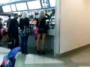Chica con minifalda filmado en un lugar público