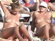 Chicas desnudas en la playa