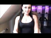 Una chica alemana sexy se masturba en una webcam