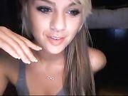 Una linda chica rubia aparece desnuda en la webcam