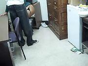 Mujer chupa la polla del negro en el lugar de trabajo