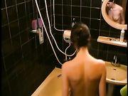 La mujer vio en la ducha