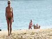 Uma mulher coroa em topless na copacabana