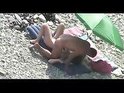 Pareja desnuda teniendo sexo en la playa, filmado en cámara voyeur