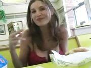 Una linda chica muestra tetas y el coño en un restaurante público