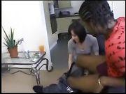 Una linda mujer hace sexo con un hombre negro