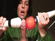 Mujer jugando con la polla y lo hace para eyacular varias veces