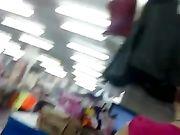 Una chica sexy en pantalones muy ajustados es filmada por una cámara oculta