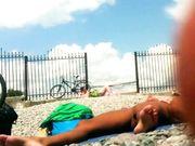 Nudistas en la playa filman con cámara oculta
