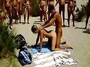Pareja hace sexo en una playa con audiencia