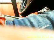Un chico se masturba en el coche mientras que una mujer lo ve