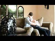 Sexo en el sofá con una rubia con grandes tetas