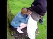 Mujer madura que hace que el sexo oral a dos hombres negros en el bosque
