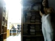 Una chica está desnuda en una biblioteca pública