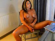 Una mujer madura y sexy con tetas grandes hace sexo con su marido