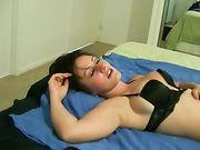 Una mujer sexy con tetas grandes hace sexo oral y traga esperma