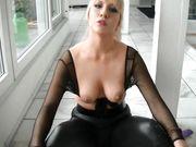 Desnuda rubia jugando con consolador en frente de la cámara