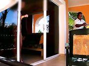 Una mujer está mostrando desnuda en frente del tipo de servicio de habitación