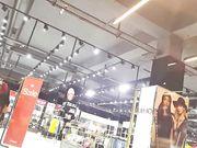 Video con una mujer sexy con culo grande en pantalones ajustados en una tienda pública
