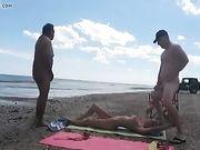 Mi esposa hace sexo con extraños en la playa