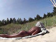 Cámara oculta con una mujer nudista en la playa FKK