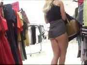 Una cámara oculta en la tienda con una mujer sexy en pantalones cortos ajustados