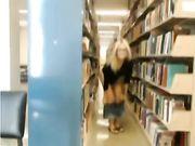 Una chica sexy de la universidad se masturba en una biblioteca pública