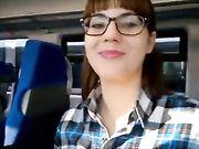 Mamada amateur y esperma en la boca en un tren público