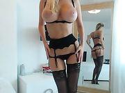 Rubia desnuda con lencería delante de webcam