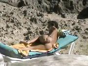 Una madre desnuda es filmada en la playa